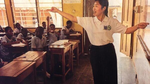 Professora ensina mandarim em classe do Instituto Confucius no Togo