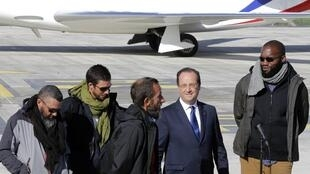 French President François Hollande, (2nd from right) with the four French hostages, (left to right) Marc Feret, Pierre Legrand, Daniel Larribe, Thierry Dol at the Villacoublay military, 30 October 2013.