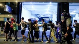 Des étudiants sont évacués de l'université polytechnique de Hong Kong par la police, le 18 novembre.