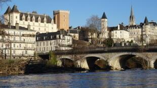 The château and the Pont du XIV-juillet in Pau
