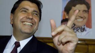 Alan García, entonces candidato a la presidencia de Perú, durante una conferencia de prensa en Lima, el 7 de abril de 2001.