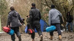Des migrants traversent le camp de Grande-Synthe, la «nouvelle jungle» de Calais, le 29 décembre 2015.