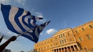 В Афинах около 17 000 человек вышли на манифестацию за то, чтобы Греция вышла из зоны евро.