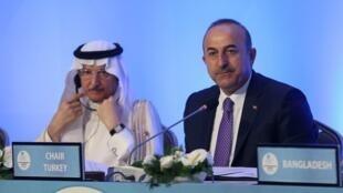 Ngoại trưởng Thổ Nhĩ Kỳ Mevlut Cavusoglu (P) và tổng thư ký Tổ Chức Hợp Tác Hồi Giáo Yousef bin Ahmad Al-Othaimeen, Istanbul, 18/05/2018.