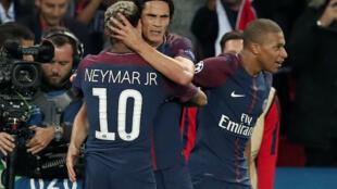 Neymar e Cavani comemoram um dos gols do PSG na vitória sobre o Bayern de Munique na quarta-feira 27/09/17..