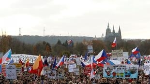 Người dân Séc biểu tình tại thủ đô Praha đòi thủ tướng Andrej Babis từ chức, ngày 16/11/2019.