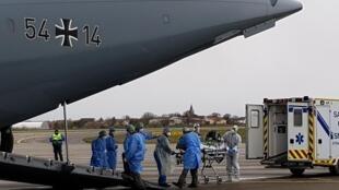 Un avion militaire allemand en train de prendre des malades du coronavirus à Strasbourg (France) pour les transférer à Ulm (Allemagne). Le 29 mars 2020.