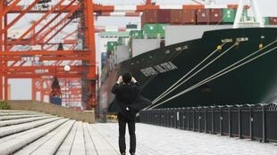 Một tàu chở containeur ở cảng Tokyo, ngày 21/04/2014.