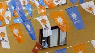 Imerso em escândalos, o AKP do presidente Erdogan luta para manter maioria na Câmara