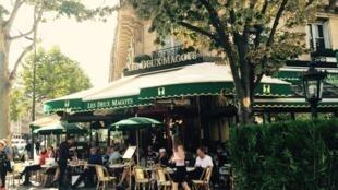 Quán cà phê Les Deux Magots, khu Saint-Germain-des-Prés, Paris.
