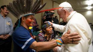 Le pape François a rencontré des membres de la communauté indigène d'Amazonie, le 17 octobre 2019 au Vatican.