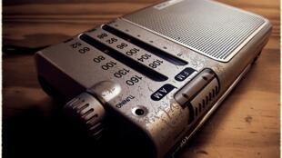 Fotografía de un antiguo aparato de radio con frecuencia AM/FM.