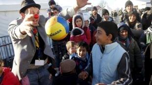 南歐國家對挪威大批遣返難民不滿 圖為一名幽默藝術家為滯留在斯洛文尼亞邊境的難民表演