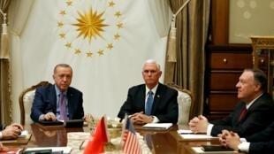 Phó tổng thống Mỹ Mike Pence (G) và ngoại trưởng Mike Pompeo (P) gặp tổng thống Thổ Nhĩ Kỳ Tayyip Erdogan tại phủ tổng thống ở Ankara (Thổ Nhĩ Kỳ) ngày 17/10/2019.