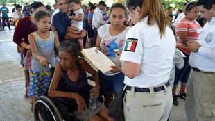 Un fonctionnaire des services de l'immigration mexicaine inscrit les migrants pour des demandes de visas humanitaires, à Acacoyagua, Chiapas, Mexique, le 27 mars 2019.