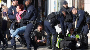 Des manifestants portant des gilets jaunes sont évacués par la police alors qu'ils manifestaient avant l'arrivée du président français Emmanuel Macron à l'hôtel de ville d'Albert, le 9 novembre 2018.