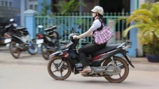 Phụ nữ Việt Nam thường che kín người để tránh nắng khi ra đường. Hệ quả là tình trạng thiếu Vitamin D. Ảnh minh họa chụp tại Dương Đông, Phú Quốc.