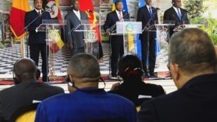 O Presidente de Angola, João Lourenço (C), Presidente da República do Congo, Denis Sassou Nguesso (E), Presidente do Uganda, Yoweri Museveni (2-E), Presidente de la República de Ruanda, Paul Kagame (2-D) e pelo Presidente da República Democrática do Congo