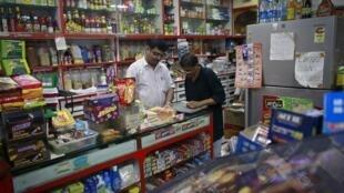 Ce sont ces épiceries indiennes typiques, ici à Mumbai, qui seraient menacées par l'arrivée des supermarchés selon les opposants à la grande distribution.