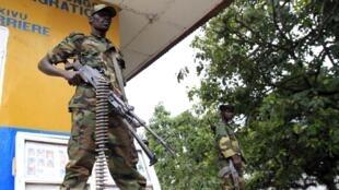 Rebelde do M23 em uma rua de Goma, no leste da República Democrática do Congo, após a tomada da cidade nesta terça-feira.