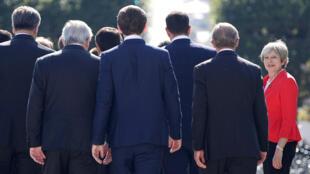 Thủ tướng Anh Theresa May (Áo đỏ) và các lãnh đạo châu Âu tại thượng đỉnh bán chính thức Salzbourg, Áo, ngày 20/09/2018