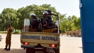 Les gendarmes à Ouagadougou surveillent les entrées de la ville (Image d'illustration).