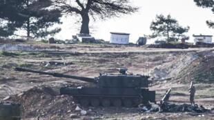 Carro de assalto turco junto à fronteira com a Síria no 15 de Fevereiro.