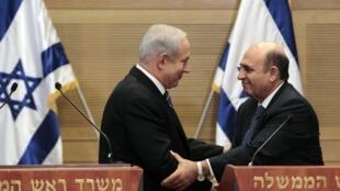 Israel's Prime Minister Benjamin Netanyahu (L) shakes hands with Shaul Mofaz, head of the Kadima party, Jerusalem, 8 May 2012