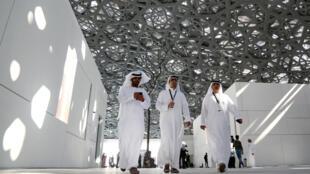 Visitantes caminham nos corredores do Louvre Abu Dhabi sob a suntuosa cúpula de aço e vidro que produz a chuva de estrelas.
