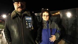El veterano de Malvinas Héctor Jacinto Lucero junto a su mujer frente al cenotafio de Malvinas en Ushuaia. La presidenta argentina  pronunciará un discurso pasado el mediodía del lunes ante  veteranos de la guerra y manifestantes.