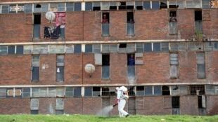 Désinfection de parties communes d'un foyer pour hommes à Alexandra, en Afrique du Sud, le 1er avril 2020.