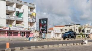 Une patrouille de police dans les rues de Cadjéhoun, Cotonou, Bénin, le 1er mai 2019.