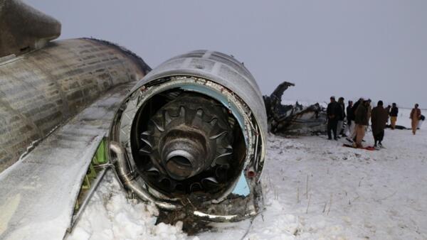 L'épave d'un avion est visible dans le district de Deh Yak de la province de Ghazni, en Afghanistan, le 27 janvier 2020.