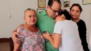 L'avocat Chester Membreno, qui fait partie des prisonniers libérés ce lundi 10 juin, a retrouvé sa famille.