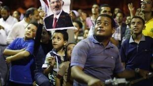 Os manifestantes pró-Mursi são cada vez mais numerosos nos protestos que acontecem diariamente na cidade do Cairo contra o golpe militar da semana passada.