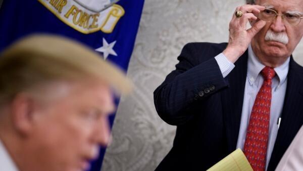 John Bolton, l'ancien conseiller à la sécurité nationale écoute le président américain Donald Trump s'adresser à la presse, le 13 mai 2019.