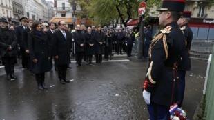 """Presidente francês, François Hollande, e a prefeita de Paris, Anne Hidalgo, inauguram placa em homenagem às vítimas do atentado contra o bar """"A La Bonne Bière"""", no 11° distrito de Paris, neste domingo 13 de novembro de 2016."""