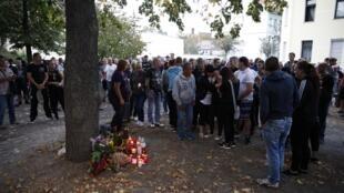 Gente reunida en el lugar donde murió el joven aleman de 22 años tras una reyerta con afganos, Kothen el 9 de septiembre de 2018.