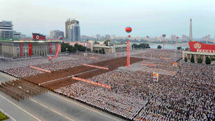 Quảng trường Kim Nhật Thành, Bình Nhưỡng, ngày 06/07/2017. Dân chúng và quân đội tập hợp để chào mừng thử nghiệm tên lửa Hwasong-14 thành công.