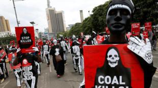"""Biểu tình tại Nairobi (Kenya, châu Phi) chống xây dựng một nhà máy than, ngày 5/6/2018. Trong ảnh người biểu tình mang khẩu hiệu tố cáo """"Than đá là thần chết !""""."""
