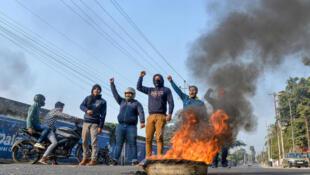 Manifestantes, protestam no nordeste da Índia, em Guwahati,contra a nova lei da nacionalidade .