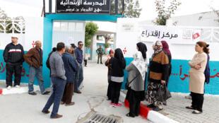 Des électeurs font la queue dans un bureau de vote lors des élections municipales de Tunis (Tunisie), le 6 mai 2018.