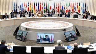 លោកនាយករដ្ឋមន្ត្រីជប៉ុន Shinzo Abe កំពុងថ្លែងសន្ទរកថាបិទជំនួបកំពូល G20 នៅក្រុងអូសាកា ថ្ងៃទី២៩ មិថុនា ២០១៩