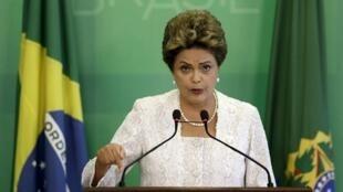 La présidente brésilienne Dilma Rousseff annonce un remaniement ministériel, le 02 octobre 2015.