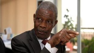 Le Premier ministre de la transition guinéenne, Jean-Marie Doré (ici le 17 décembre 2009), a annoncé un couvre-feu dans la région de Labé suites aux violences post-électorales.