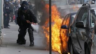 """Carro incendiado durante uma manifestação """"selvagem"""" 24/03/16"""