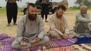 L'ex-otage suédois Johan Gustafsson (G) aux côtés du Sud-Africain Stephen McGown (C), toujours détenu, ici sur une capture d'écran d'Al-Jazeera datée du 21 août 2012.