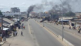 De la fumée a commencé à s'élever de cette artère de Cotonou (Bénin) en milieu d'après-midi mercredi 1er mai 2019.