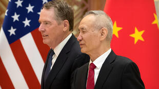 Đại diện Thương mại Mỹ Robert Lighthizer (T) và phó thủ tướng Trung Quốc Lưu Hạc (Liu He) tại Đại lễ đường Nhân dân, Bắc Kinh, ngày 15/02/2019.