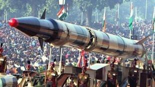Tên lửa Agni-2 của Ấn Độ trong một buổi diễu binh tại New Delhi, ngày 26/01/2004.